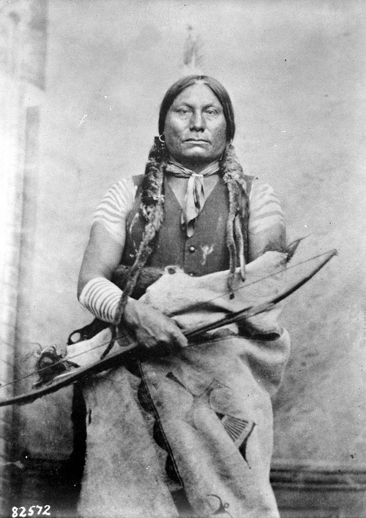 Žluč z kmene Hunkpapských Lakotů se svým lukem.