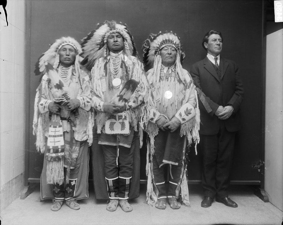 Obrázek 12 - Vraní náčelníci. Zleva: Medicine Crow- White Man Runs Him- Plenty Coups- tlumočník. Foto G. de Lancey