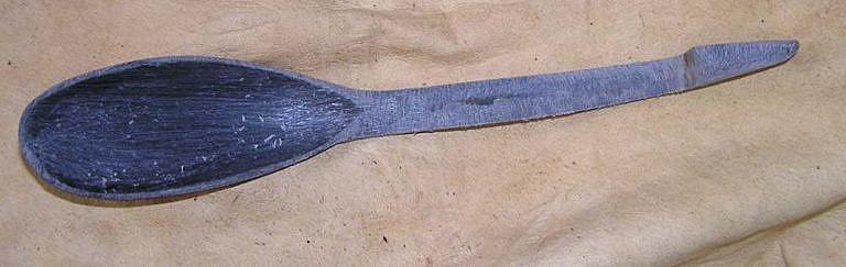 Opracování lžíce do téměř finálního tvaru. Finální zúžení ručky směrem ke konci, vybrání vnitřku lžíce pomocí kulaté rašple. Ztenčení stěny lžíce na minimum, pečlivé srovnání tvaru celé lžíce.