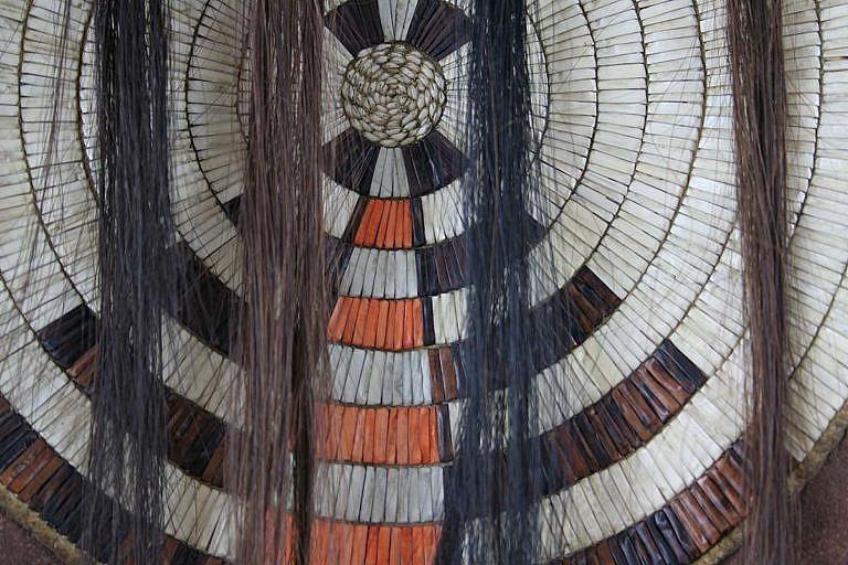 Válečná košile kmene Černonožců z období kolem roku 1830.