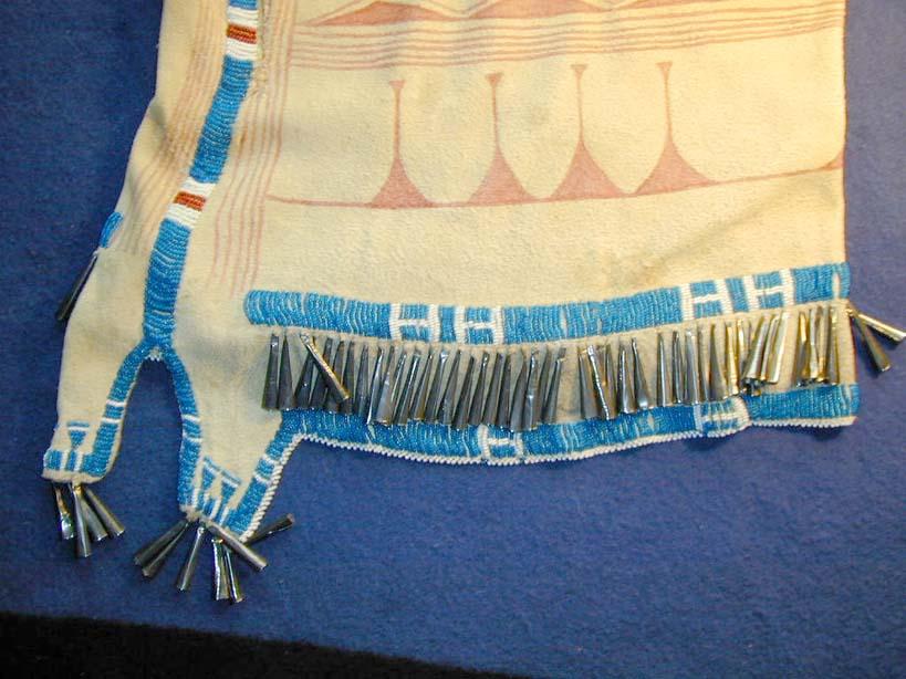 Kožené ženské šaty z přeložené kůže.