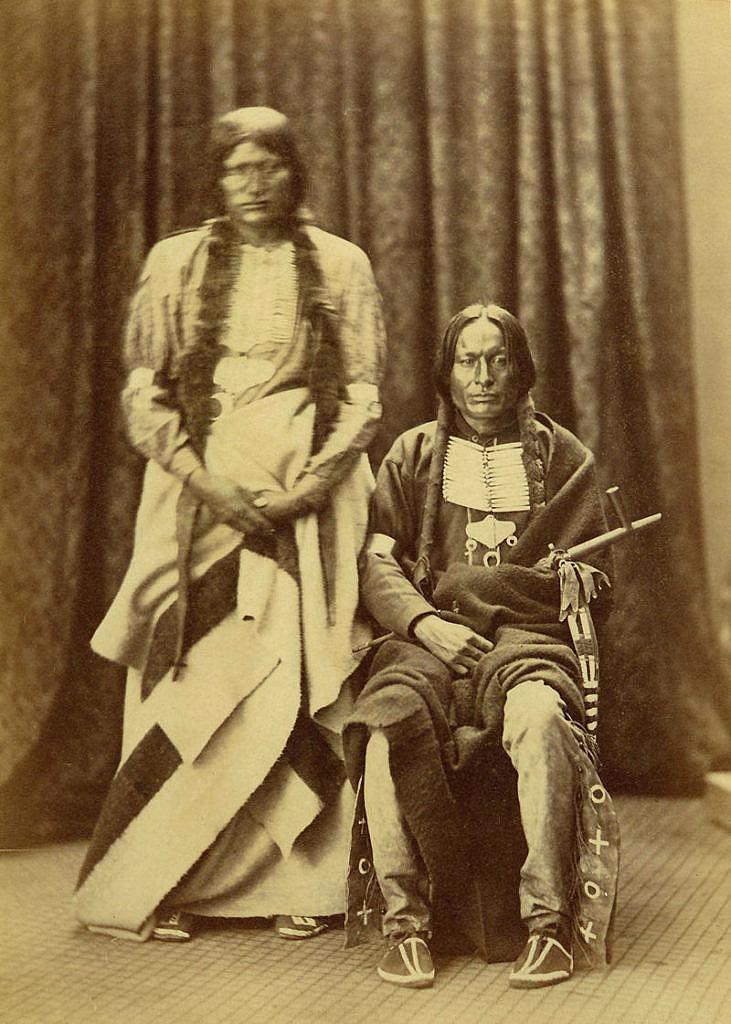 Válečníci kmene Šajenů. Válečník vlevo má kolem pasu omotanou Hudsons Bay deku, bílou s černými pásy, pravděpodobně. Fotografie ze 70.let 19.století.
