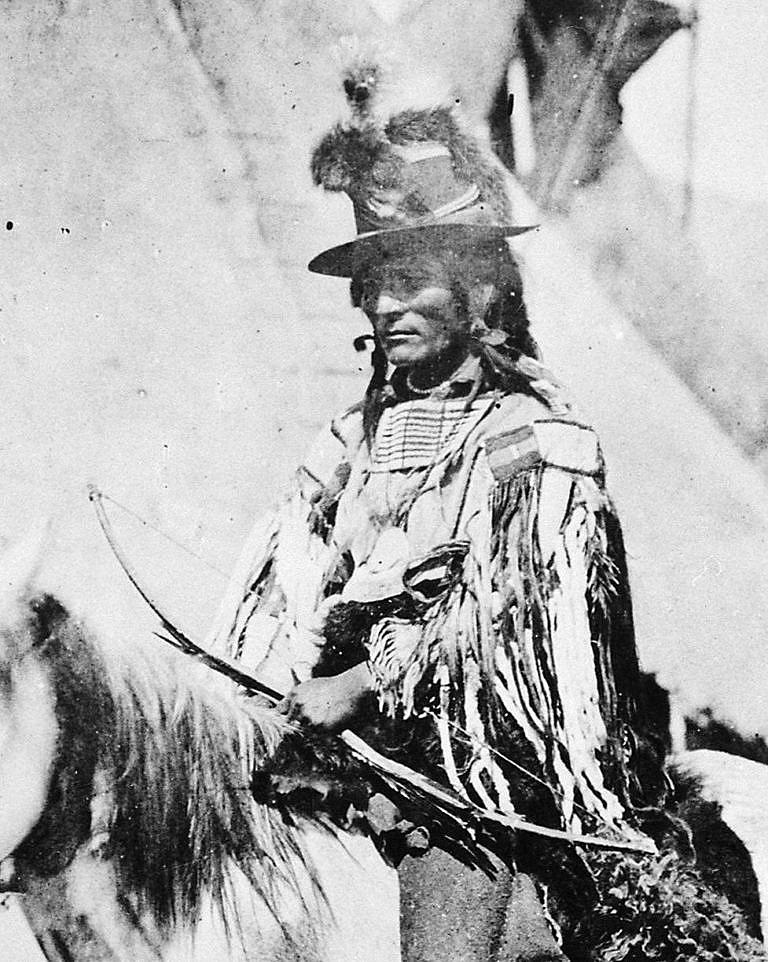 Válečný náčelník Propíchnutých nosů Zrdcadlo kolem krku na fotografii W.Jackskona z roku 1871.