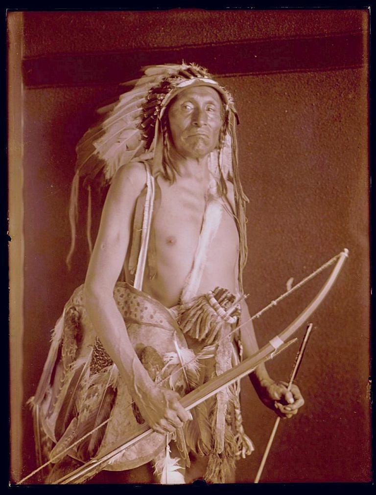 Bojovník kmene Vran na dobové fotografii Richarda Throssela.