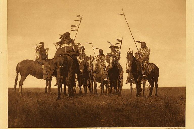 Bojovníci kmene Atsina. Foto E.Curtis