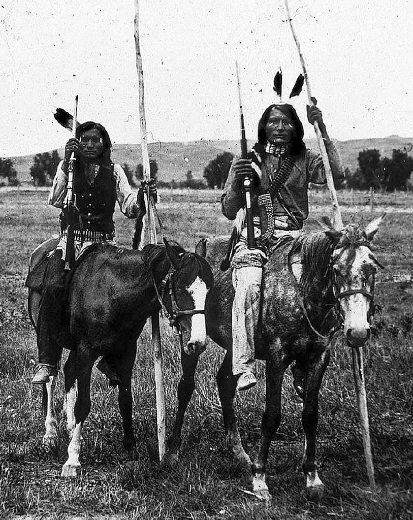 Bojovníci z jižních plání a jejich koně na dobové fotografii.