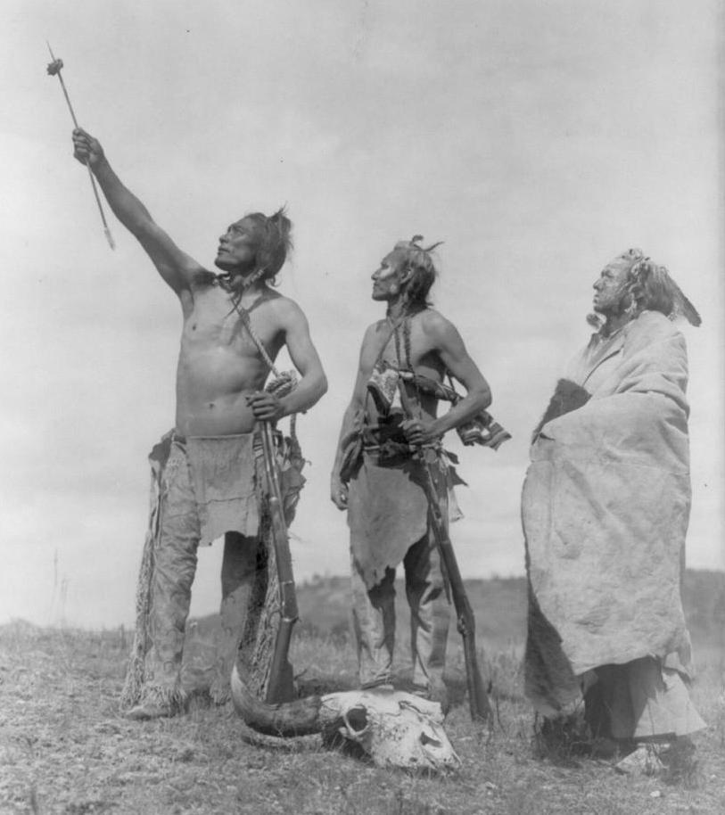 Válečníci kmene Vran na fotografii Edwarda Curtise. Muž vlevo má oblečenou bederní roušku a legíny, dvě samostatné nohavice připevněné k opasku. Takový oděv je pro indiány Velkých plání typický.