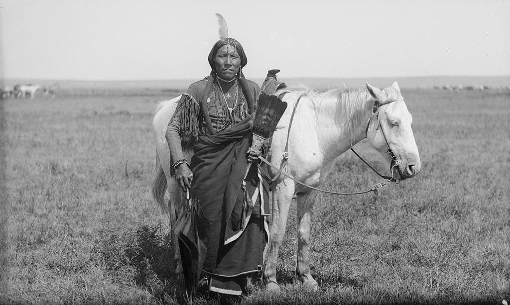 Bojovník kmene Komančů nebo Kiowů z jižních plání s komerční uzdou.