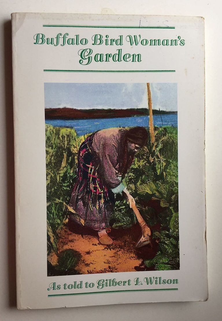 Kniha Buffalo Bird Woman Garden je vyprávěním Hidatské ženy o tradičním životě Hidatsů. Buffalo Bird Woman tento život zažila na vlastní kůži a jako informátorka o něm vyprávěla etnografovi Gilbertu Willsonovi, který jej pečlivě zapsal.