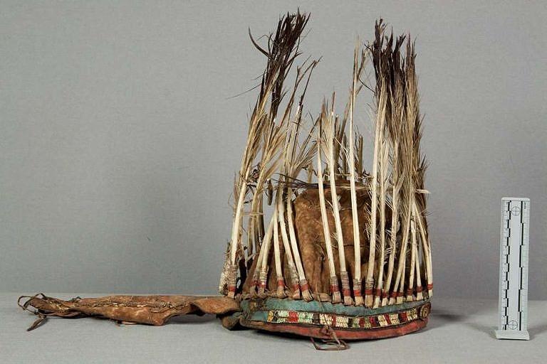 Velice stará čelenka sesbíraná Georgem Catlinem ve 30.letech 19.století. Pera jsou již zničená, ale díky tomu je dobře viditelný jelenicový korpus. NMNH