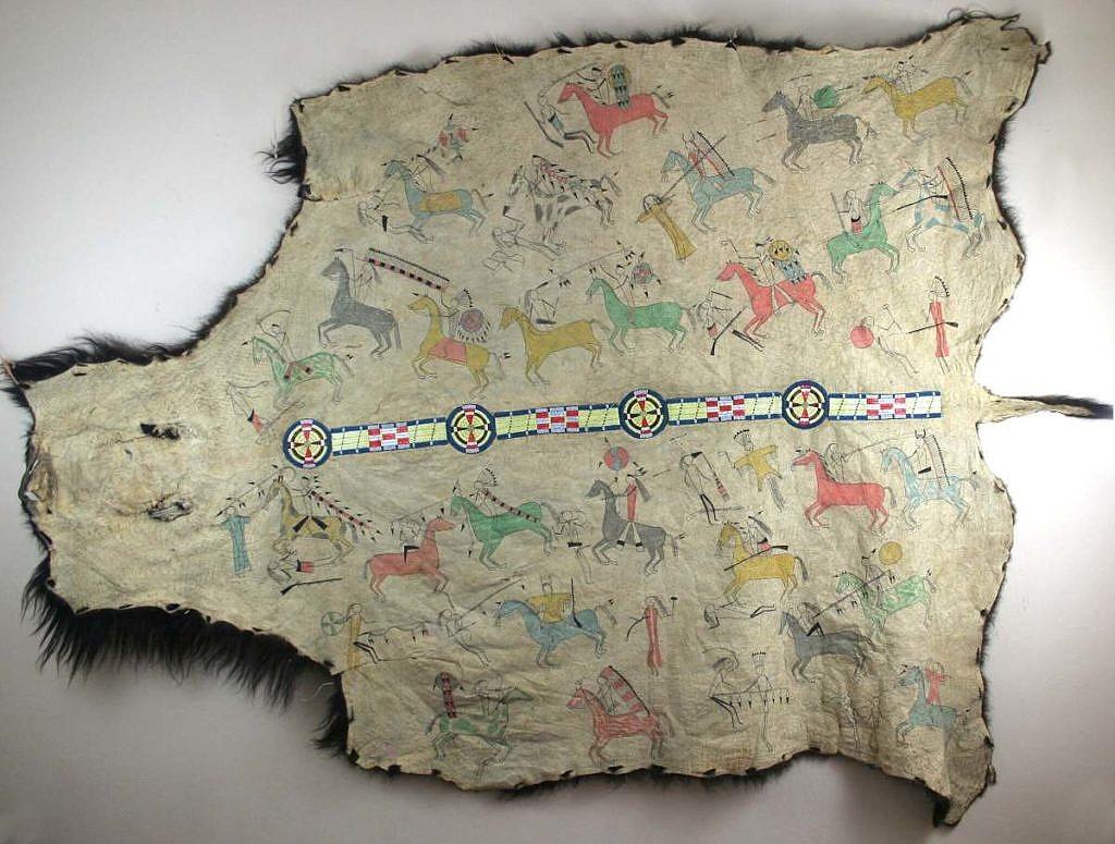 Bizoní plášť s pásem vyšívaným urosními ostny a pony beads.