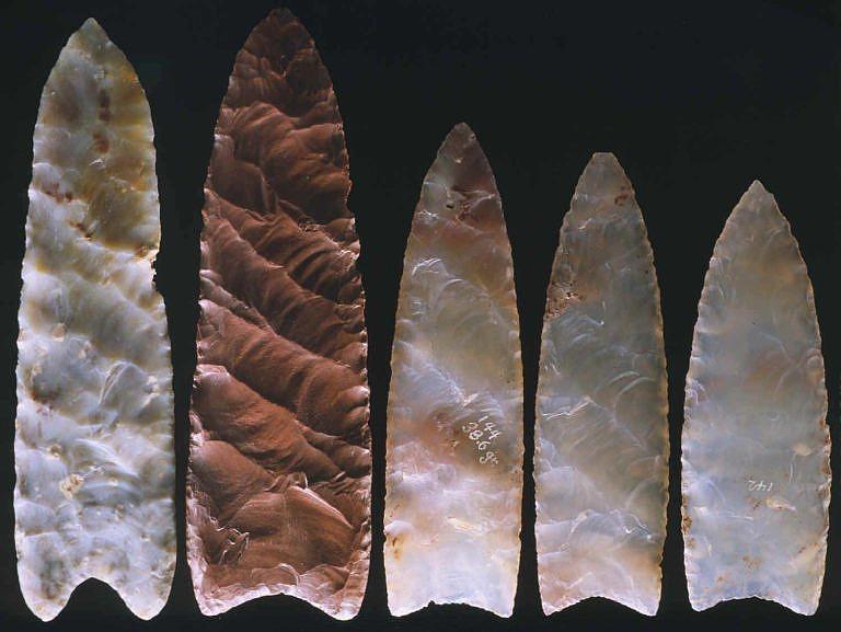 Pazourkové hroty pocházející z období cloviských lovců.