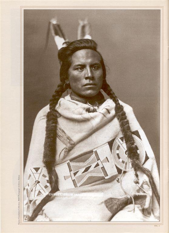 Curley - vraní zvěd gen. Custera na Little Bighornu. Přes sebe má přehozený bizoní plášť s transmontánním pásem.