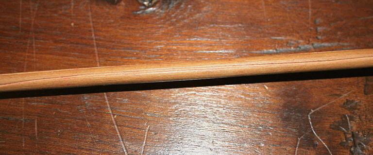 Drážka originálního šípu. Díky drážkám šípy daleko lépe drží rovný tvar, než šípy, které drážky nemají. Jiný význam drážky nemají. Soukromá sbírka.