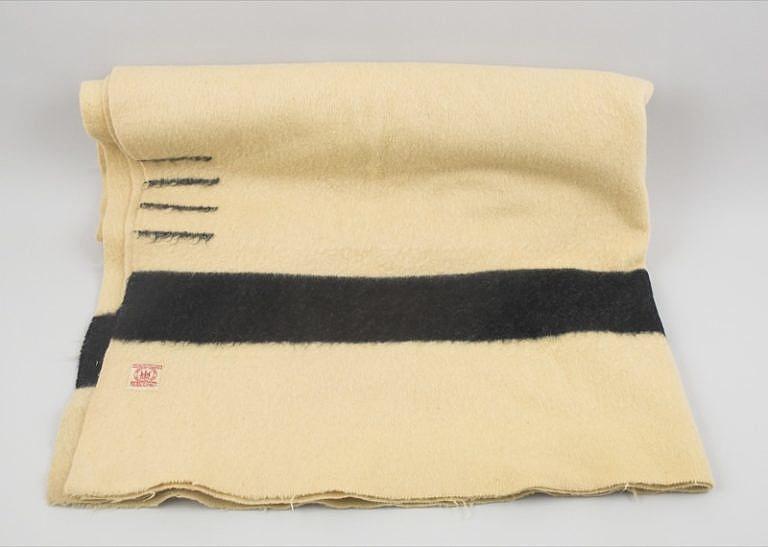BíléHudsons Bay deky s černými, červenými či modrými pásy patřily během 19.století k těm nejrozšířenějším.