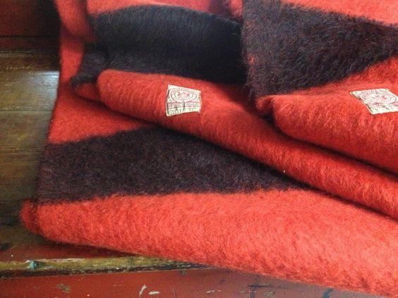 Hudsons Bay deka šarlatová s černými pásy