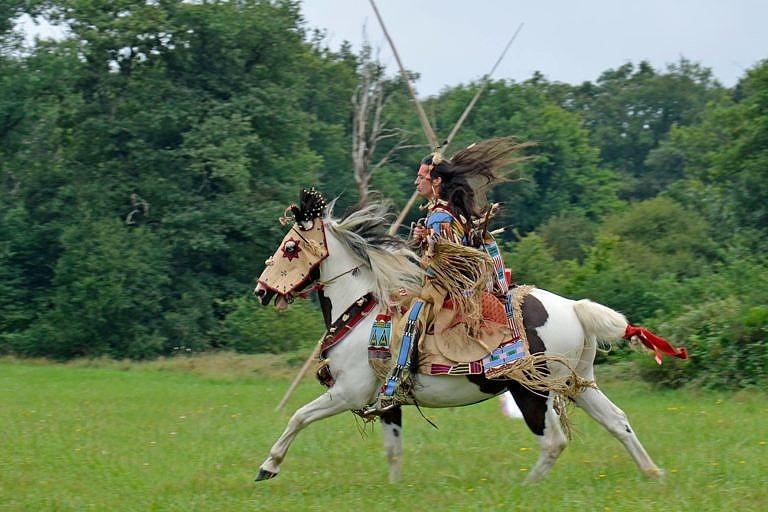 Indiánský reenacting francouzských hobbystů. V tomto případě jde o Vraní indiány.