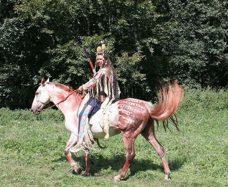 Indiánský reenacting. Autor článku představuje bojovníka Vraních indiánů z období kolem roku 1870. Všechny reálie přesně odpovídají dobovým originálům a jsou výsledkem dlouholetého studia.