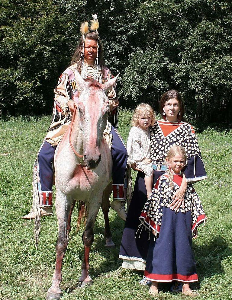Indiánský reenacting. Autor článku s rodinou představují Vraní indiány z období kolem roku 1870. Všechny reálie přesně odpovídají dobovým originálům a jsou výsledkem dlouholetého studia.