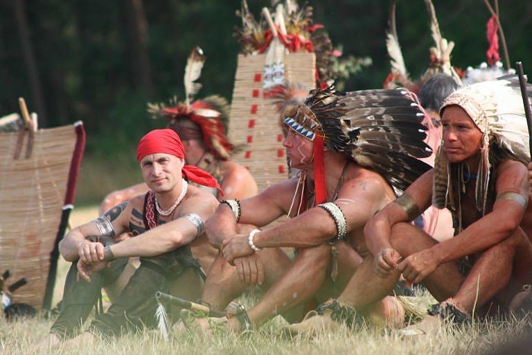 Kvalitní indiánský reenacting německých hobbystů.