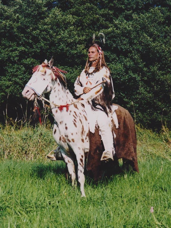 Kvalitní indiánský reenacting. Belgický hobbysta má všechny detaily své postavy přesně sladěny.
