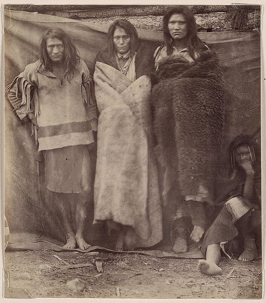 Indiáni z Plató, 60. léta 19.století, indián vlevo má košili vyrobenou z Hudsons Bay deky