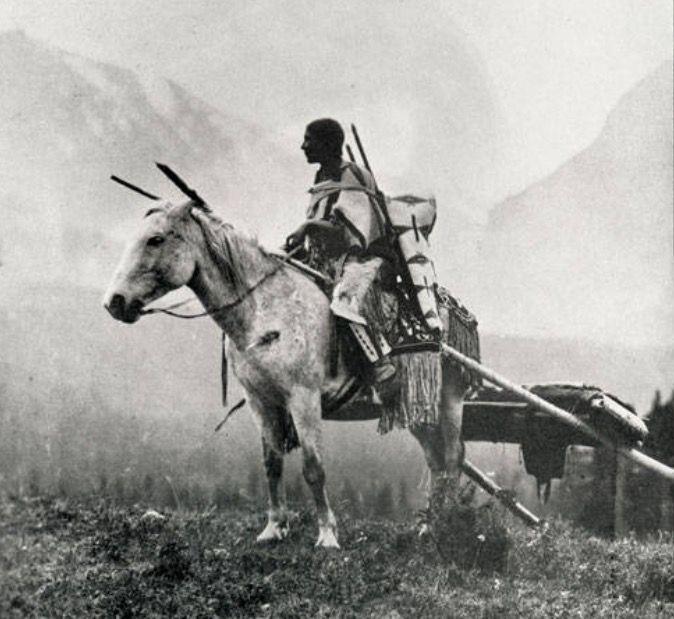 Indiánka kmene Černonožců s koňským smykem. Koně umožňovali indiánům Velkých plání cestovat, kočovat a sledovat stáda bizonů.