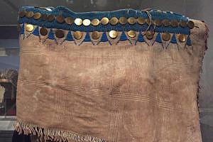 Šaty z přeložené kůže sůjského stylu. Sesbírané Lewisem a Clarkem.