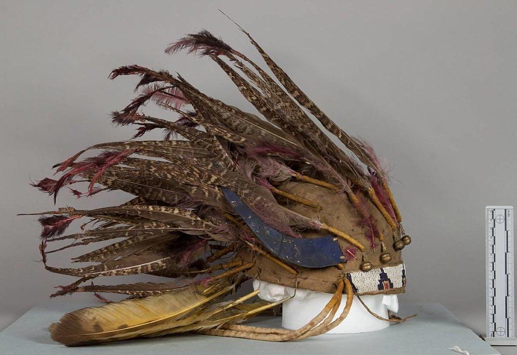 Lakotská čelenka vyrobená z per tetřívka pelyňkového
