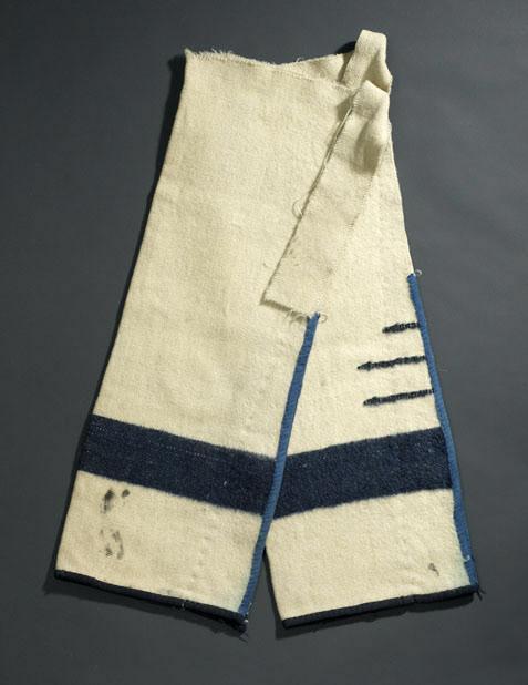 Legíny vyrobené z bílé Hudsons Bay deky s černými pásy. Deka je dvouapůlčárková.