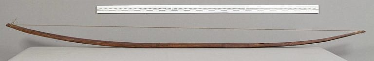 Dřevěný luk indiánů Velkých plání ve své nejjednodušší (nereflexní) variantě.