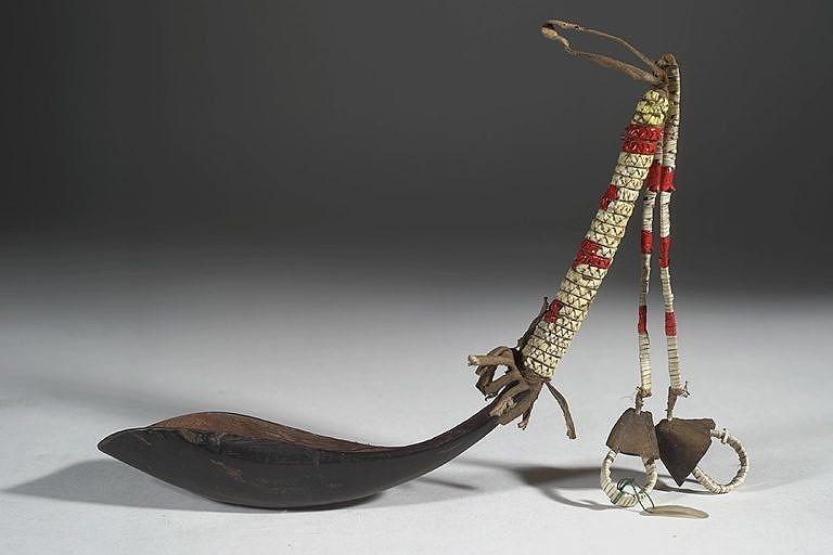 Originální lžíce z bizoního rohu ozdobená ursoními ostny a kopýtky.