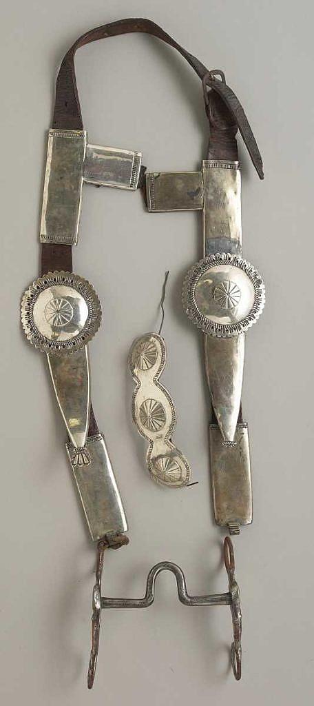 Kombinace amerického pákového udidla a ohlávky ozdobené navažskými ozdobami z alpaky.