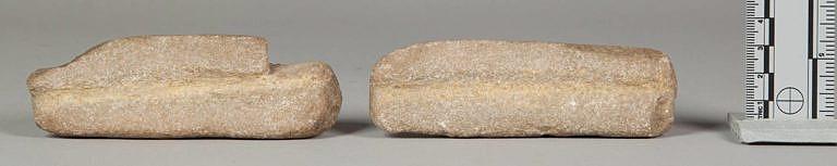 Dva kusy pískovce s drážkou sloužily k vyhlazení dříku. Nástroj pochází z celé sady na výrobu šípů kmene Kajova. NMNH.
