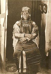 Náčelník Joseph na fotografii z roku 1877 - krátce po své kapitulaci. Vydraženou košili má na sobě.