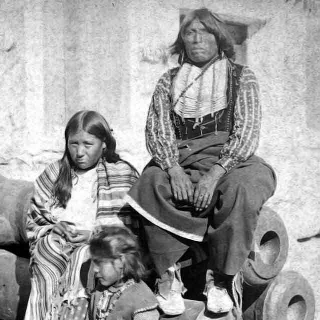 Komančský náčelník Černý kůň s manželkou a dcerou