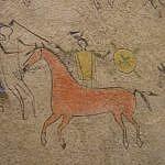 Piktogram z lakotského pláště z 1.poloviny 19.století zobrazuje koně s uzdou ozdobenou řetízky nebo navažskými coscojos.