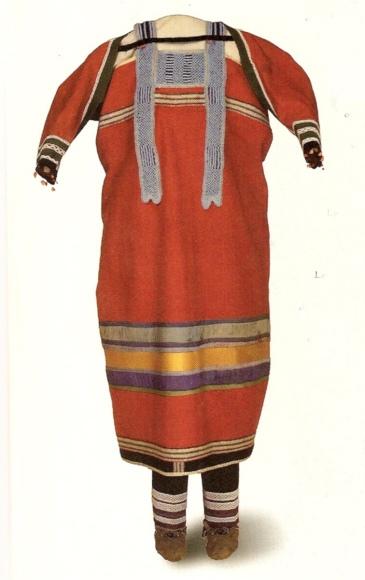 Šaty bez dalších informací, pravděpodobně odžibwejské, včetně rukávů