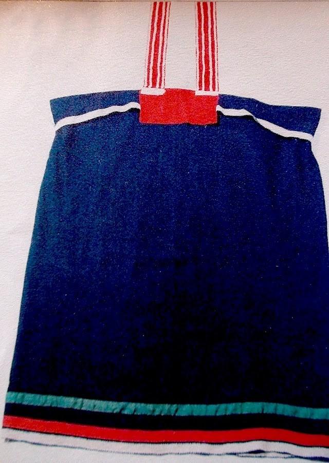 Jedná se o identické šaty z obrazu odžibwejské dívky Eastmana Johnsona výše. Uloženy jsou vDuluth Depot v Minnesotě, bývalé železniční stanici, ve které je dnes muzeum.