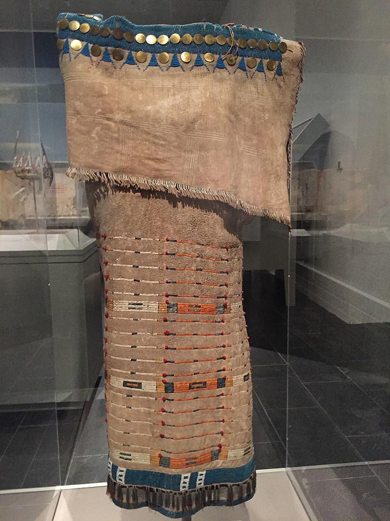 Šaty z přeložené kůže lakotského stylu, které získali Lewis s Clarkem. Počátek 19.století.