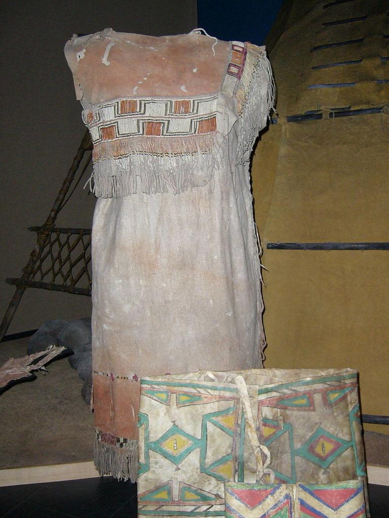 Kríjská varianta šatů z přeložené kůže (National Museum of Man, Ottawa)