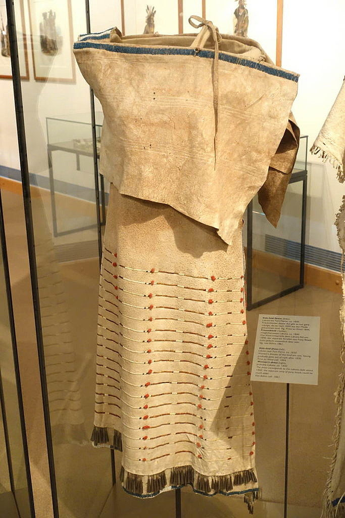 Šaty z přeložené kůže sůjského typu,Museum fur Volkenkunde, Berlin, sbírkaPrinze Maxmiliana zu Wied