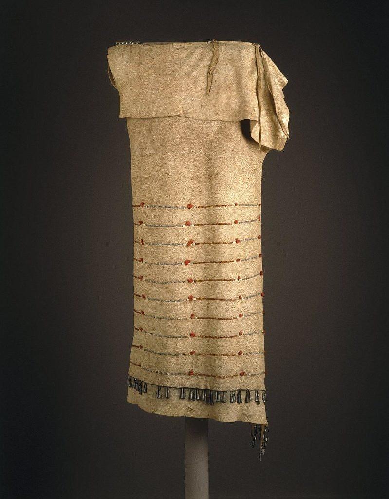 Šaty z přeložené kůže sůjského typu, sbírka Nathana Jarvise, Brooklyn Museum New York