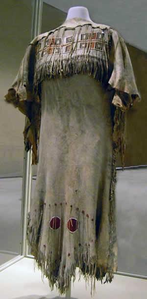 Kríjská varianta šatů z přeložené kůže (Royal Ontario Musum)