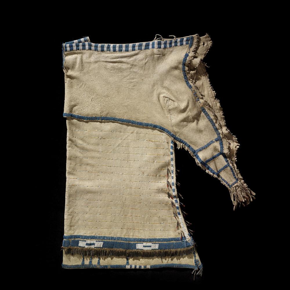 Šaty z přeložené kůže sůjského typu, National Museum of American Indian, Heye foundation