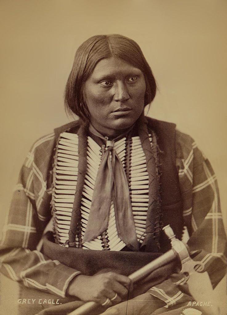 Válečník Apačů Šedý orel na fotografii z roku 1872.