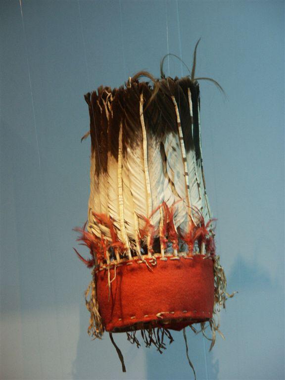 Stojatá čelenka, která patřila mandanskému náčelníkovi Čtyři medvědi (Mato tope). Linden Museum Stuttgart.