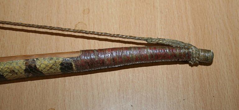 Tětiva na originálním luku, spletená ze dvou šlachových pramenů. Každý pramen sestává z několika dalších šlachových vláken.