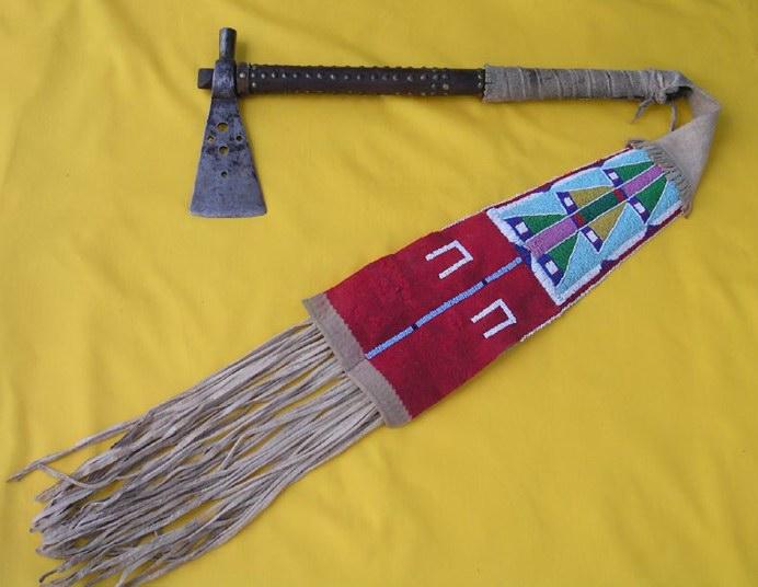 Tomahawk s transmontánním závěsem. Výrobky kmene Vran patřily mezi designovou špičku a proto byly velice žádané i mezi ostatními kmeny