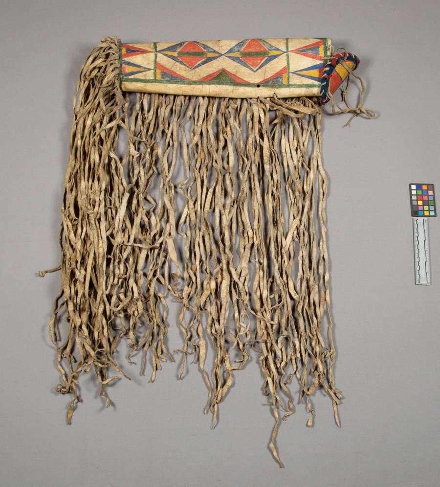 Tubusová schránka ze surové kůže, Vrány, NMNH. Mohla se v ní uchovávat čelenka nebo jiné věci.